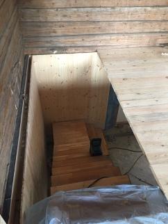 Trappa blir bredere og det skal legges trinn i samme materialet som gulvet.