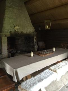 Langbord og benker laget av tre fra lokal skog, laget på Tanem sag og høvleri. Suppler med stoler.