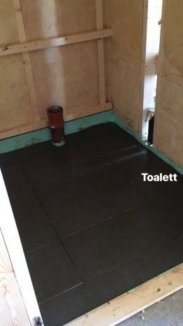 Det minste toalettet i gangen under flislegging.