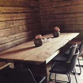 Et av bordene i midt-rommet av låven. Lounge på andre siden. Her er det plass til ca. 40 stk.
